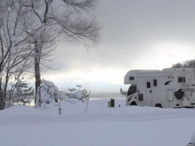 雪原に駐車しているキャンピングカー